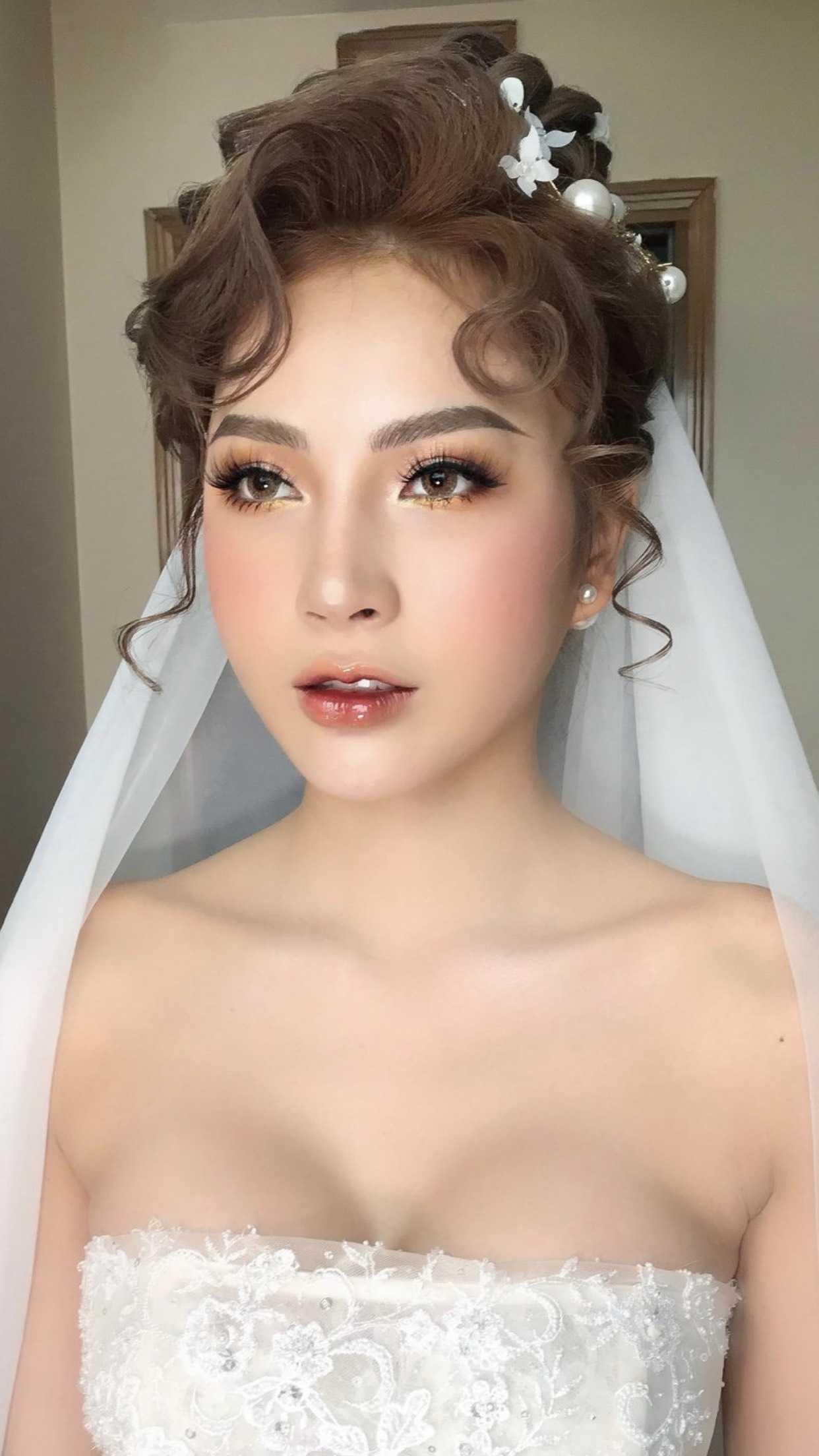 trang điểm cô dâu tông tây