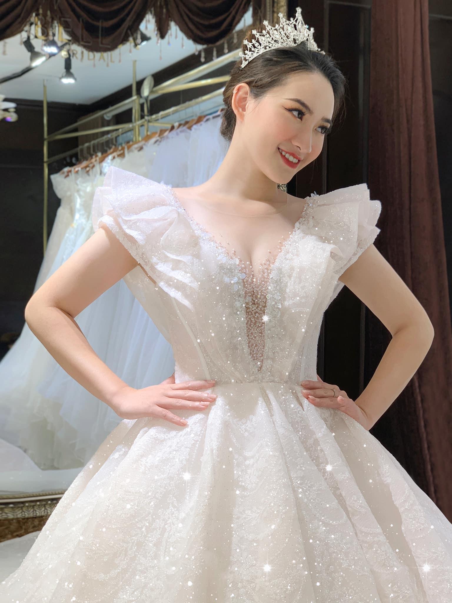 váy cưới cho cô dâu gầy thấp