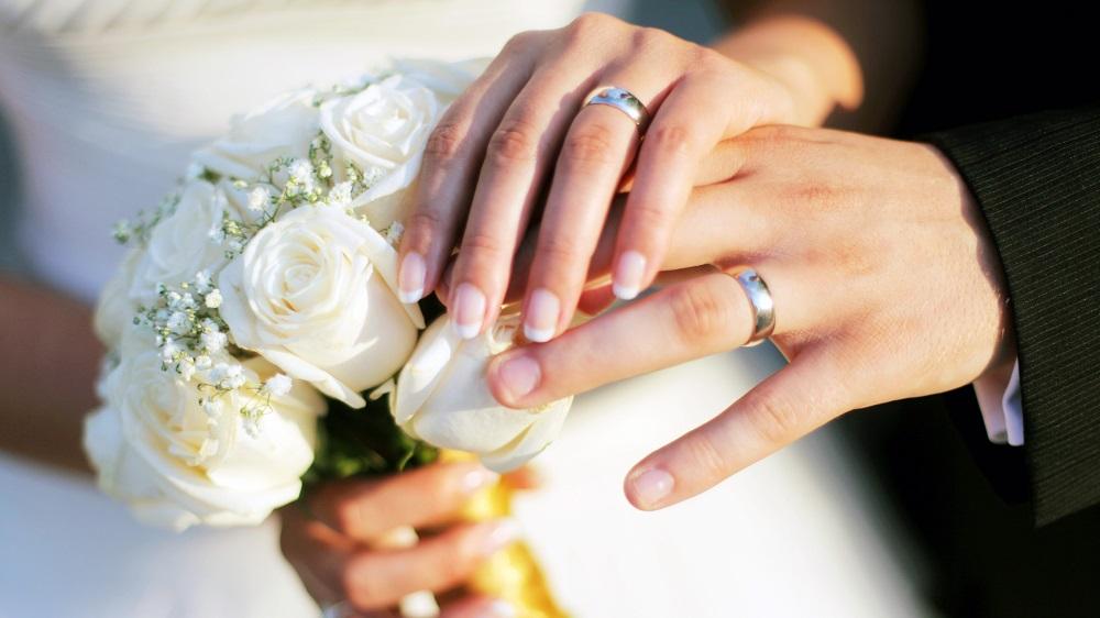 đeo nhẫn cưới ngón nào