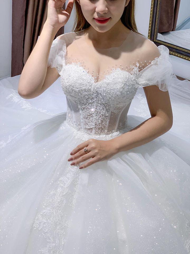 áo cưới màu trắng đơn giản