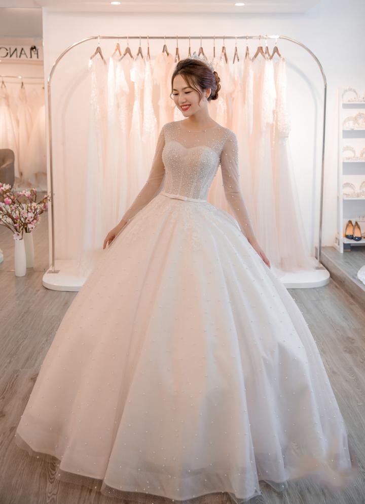 áo cưới màu trắng đuôi bồng