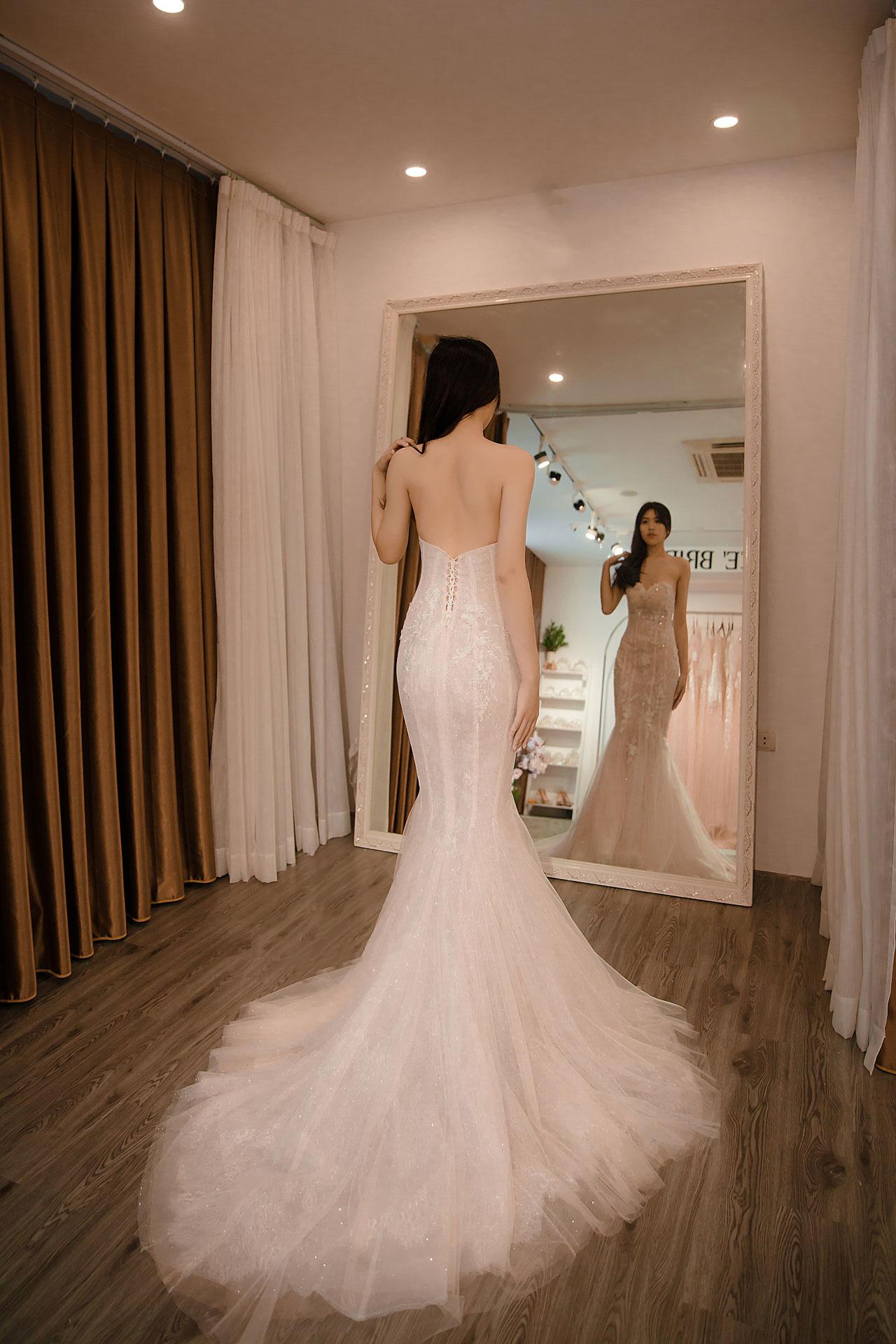 áo cưới màu trắng đuôi cá