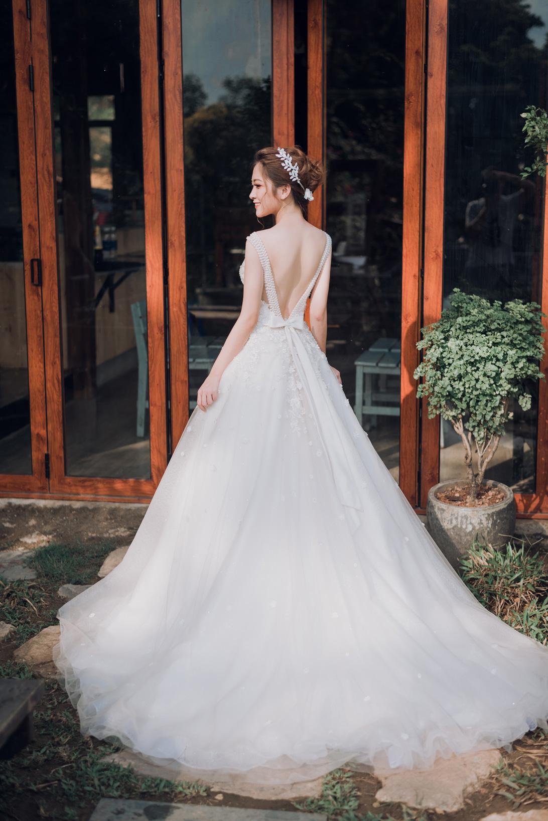 áo cưới màu trắng đuôi dài