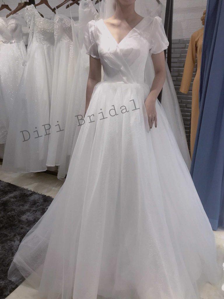 váy cưới màu trắng đuôi dài