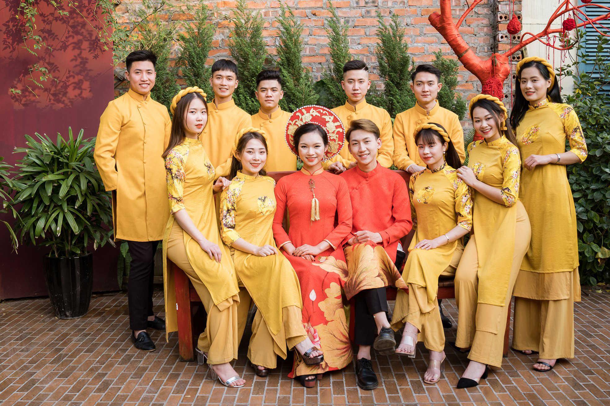 áo dài bưng quả màu vàng đẹp