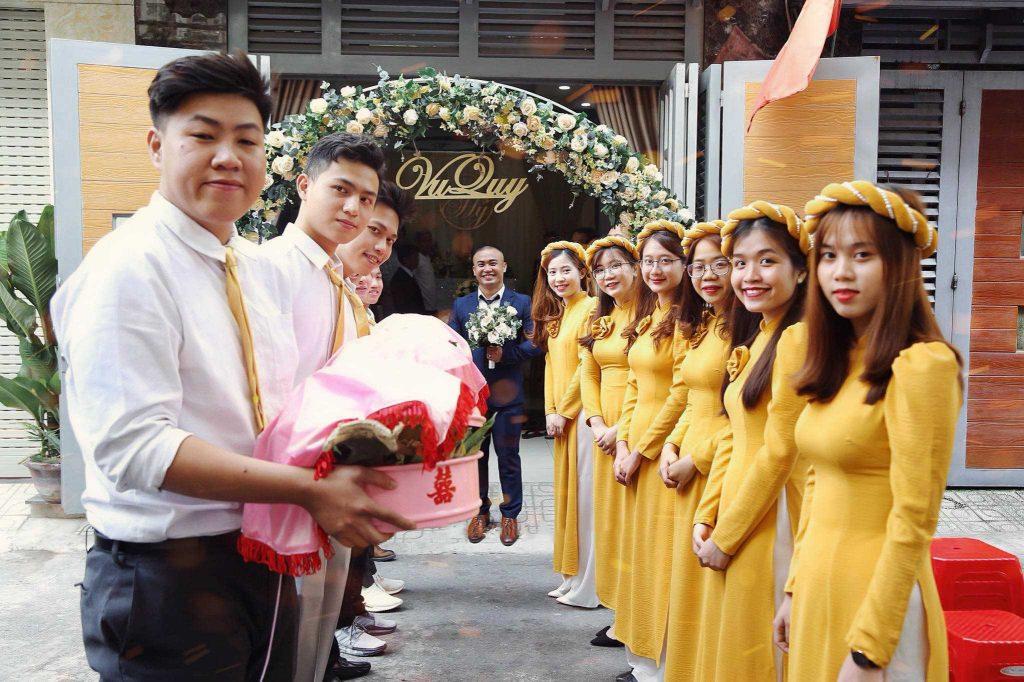 áo dài bưng quả màu vàng tay dài