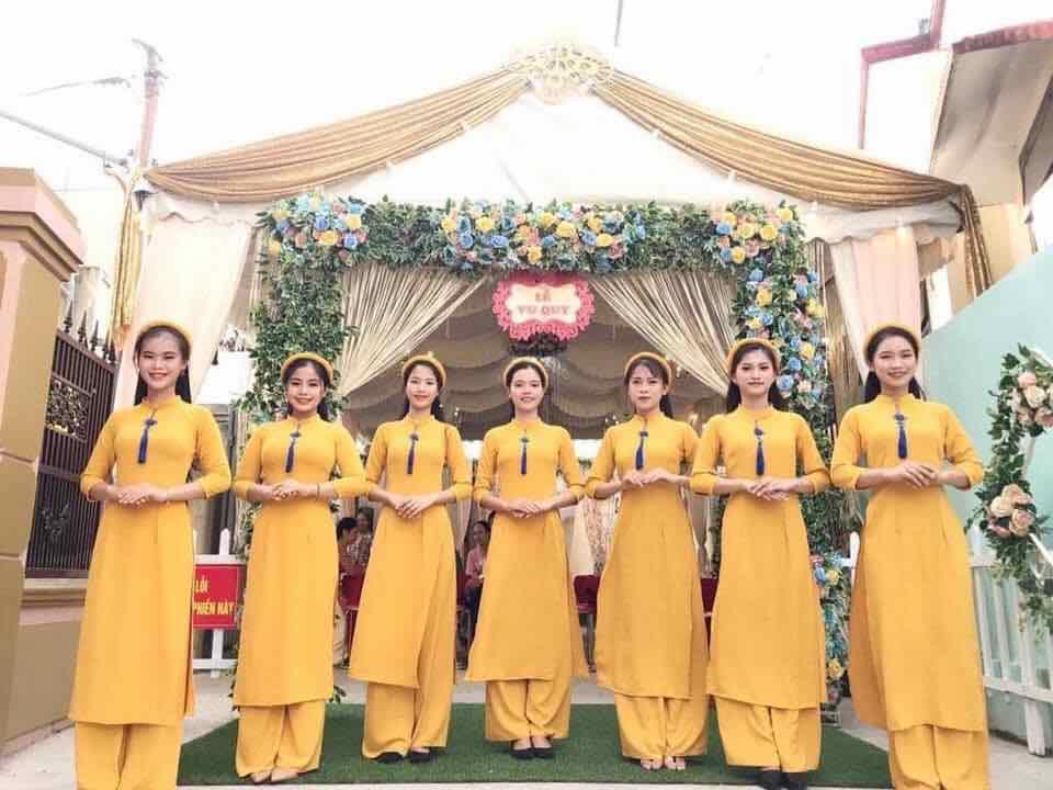 áo dài bưng quả màu vàng truyền thống