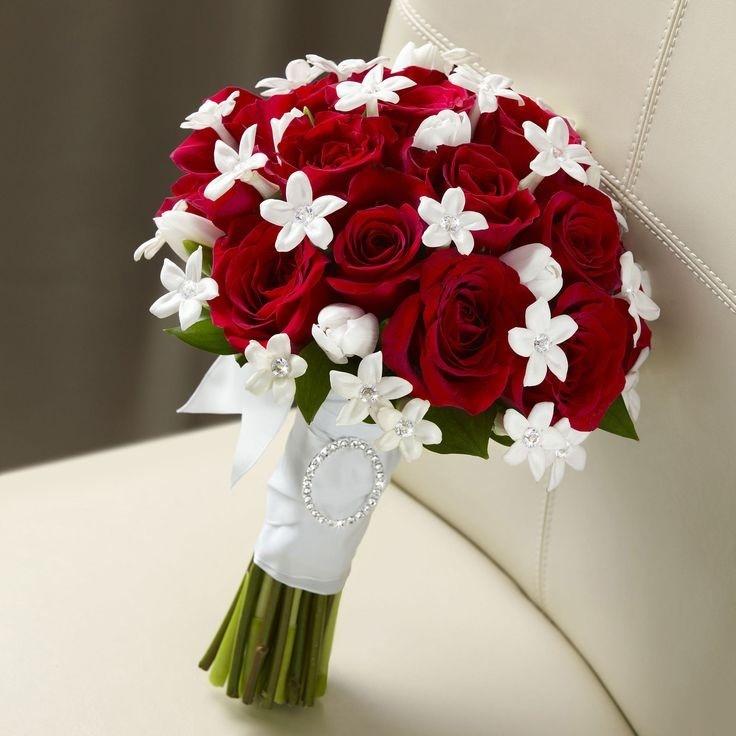 áo dài màu đỏ nên chọn hoa cầm tay màu gì