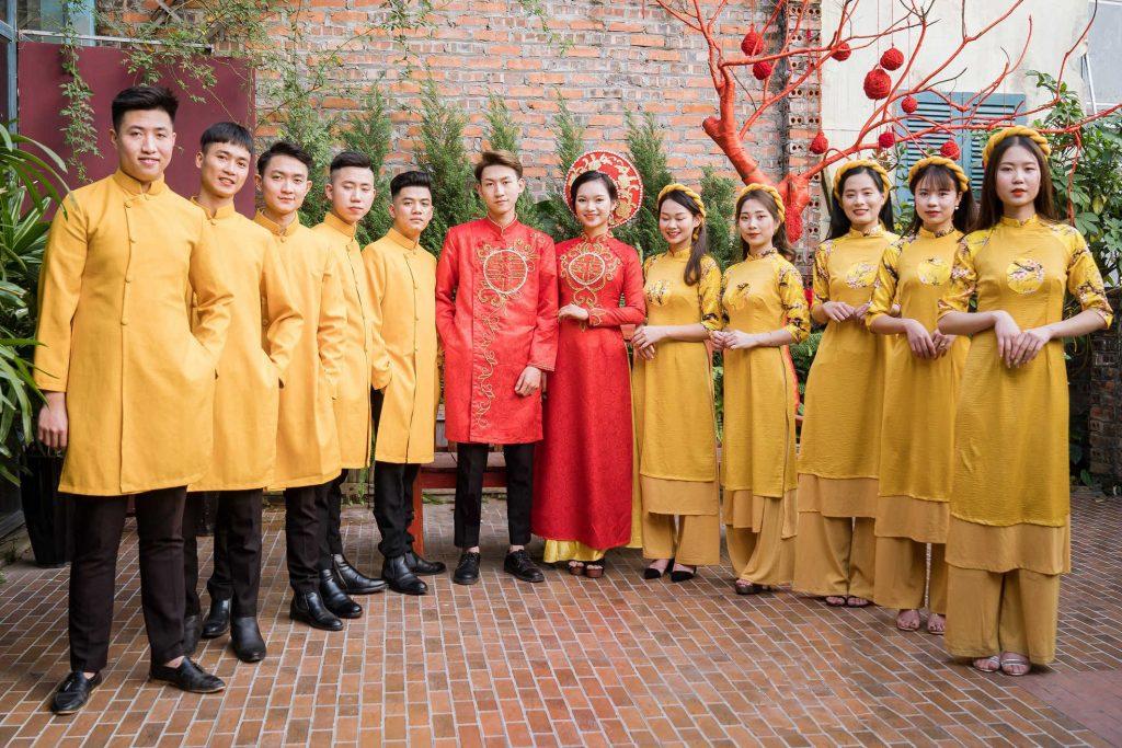 mẫu áo dài bưng quả màu vàng