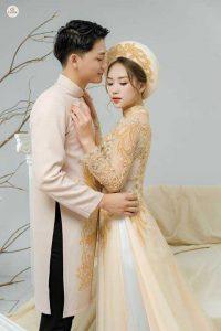 áo dài cô dâu vàng
