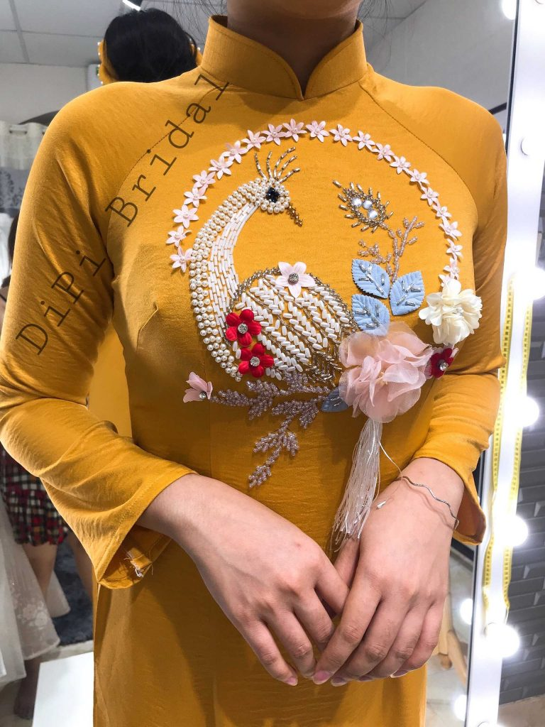 áo dài cưới truyền thống màu vàng